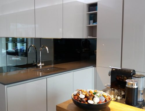 Mirror splashbacks as a modern option for kitchen surfaces